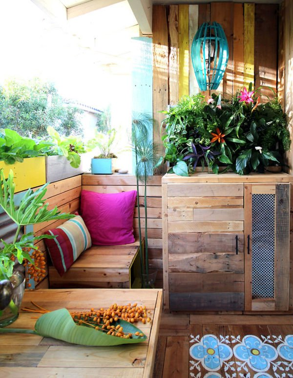 A terrace entirely made with pallets