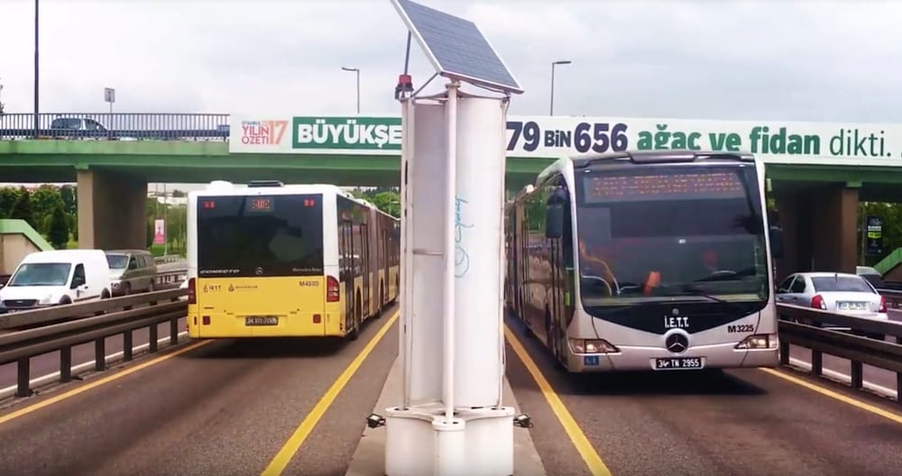 Generate energy with the air that vehicles move when driving on roads
